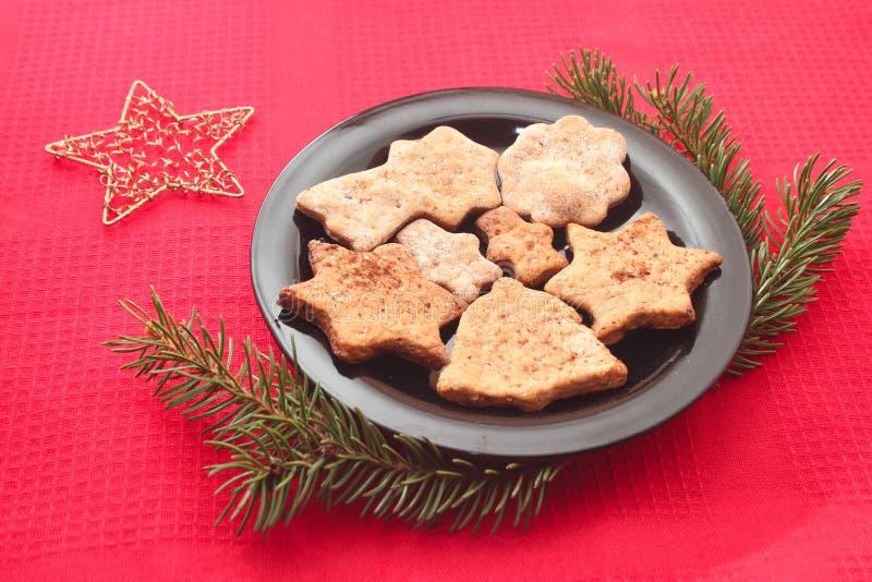 Weihnachtsplätzchen und -dekorationen auf rotem Hintergrund stockbilder