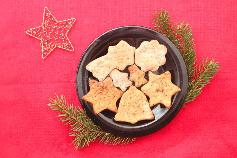 Weihnachtsplätzchen und -dekorationen auf rotem Hintergrund lizenzfreie stockfotografie