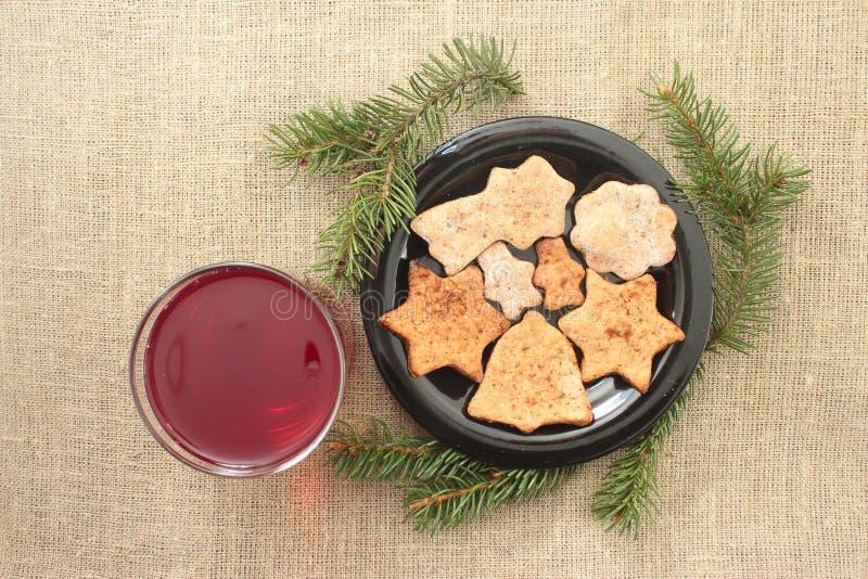 Weihnachtsplätzchen und -getränk auf einem Leinenhintergrund stockbilder