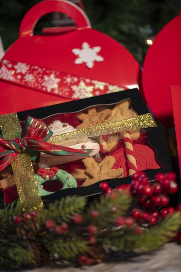 Weihnachtsplätzchengeschenkboxen mit Weihnachtsbaum auf hölzerner Tabelle lizenzfreie stockbilder