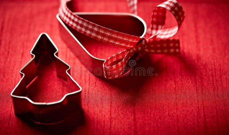 Weihnachtsplätzchenscherblöcke auf rotem Hintergrund lizenzfreie stockfotografie