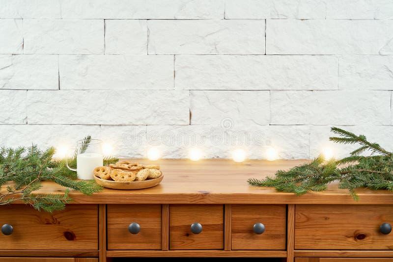 Weihnachtsplatte mit köstlichen Plätzchen auf einem alten Regal auf dem Hintergrund einer Backsteinmauer lizenzfreie stockfotos