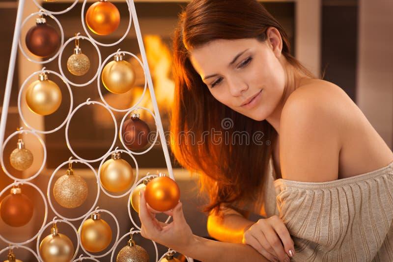 Weihnachtsporträt der jungen Schönheit lizenzfreie stockbilder
