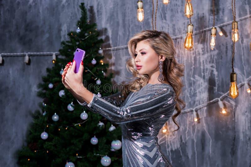 Weihnachtsporträt des schönen Mädchens Jugendlicher, der Sankt cla trägt lizenzfreies stockfoto