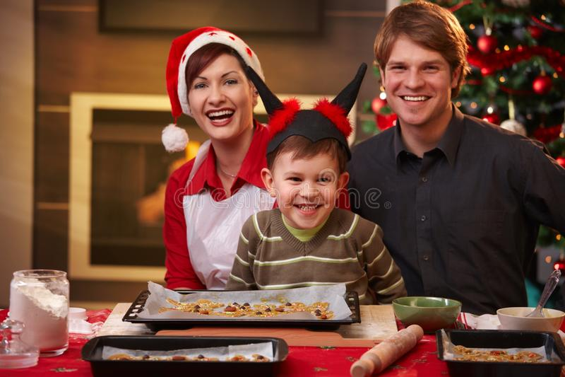 Weihnachtsportrait der glücklichen Familie stockbild
