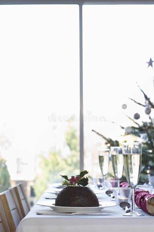 Weihnachtspudding auf Speisetische lizenzfreie stockbilder