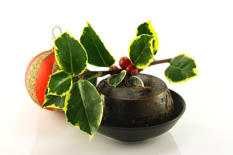 Weihnachtspudding mit Stechpalme und Flitter lizenzfreies stockbild