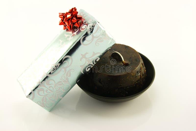 Weihnachtspudding und -geschenk stockfotos