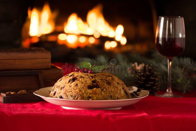 Weihnachtspudding und Weihnachtslicht auf Holztisch stockfoto