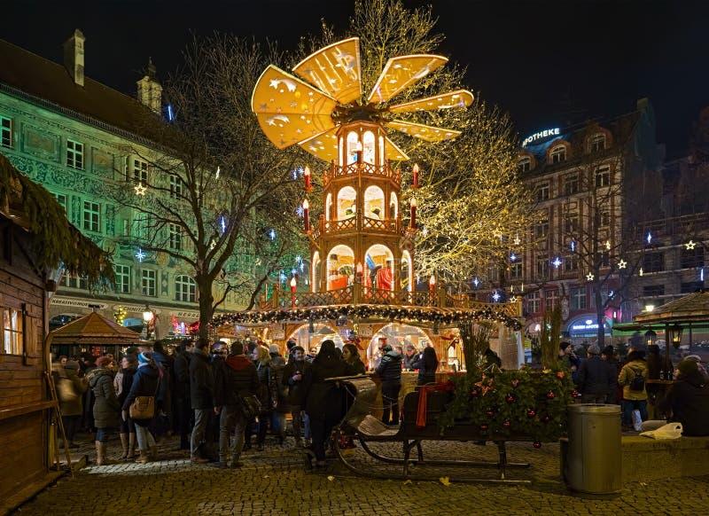 Weihnachtspyramide am Rindermarkt-Quadrat in München, Deutschland stockfotografie