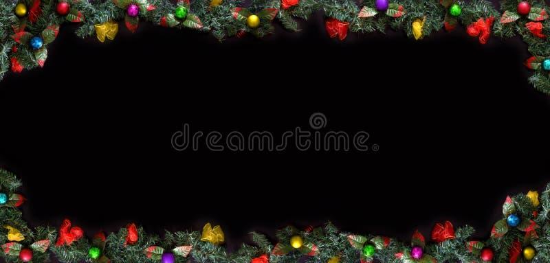 Weihnachtsrahmen, der schwarze Hintergrund, der mit Bällen und Baumasten verziert werden und der Raum für einen Gruß simsen lizenzfreies stockfoto