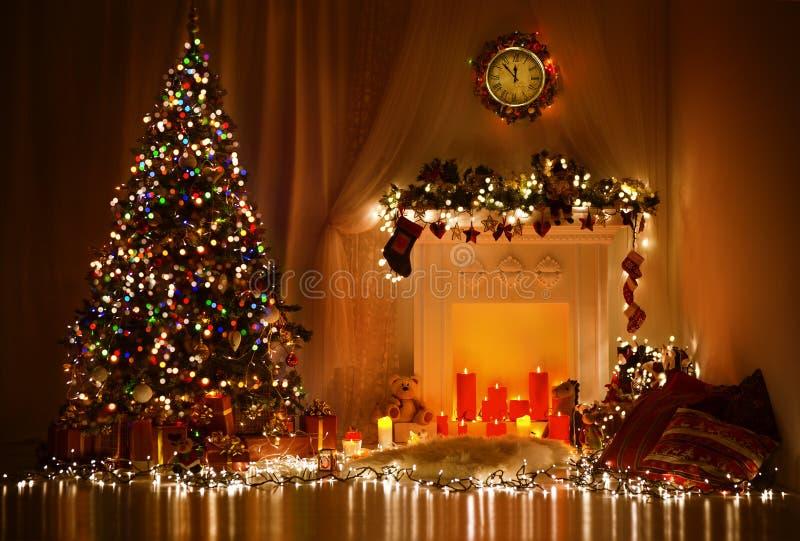 Weihnachtsraum-Innenarchitektur, Weihnachtsbaum verziert durch Lichter lizenzfreies stockbild