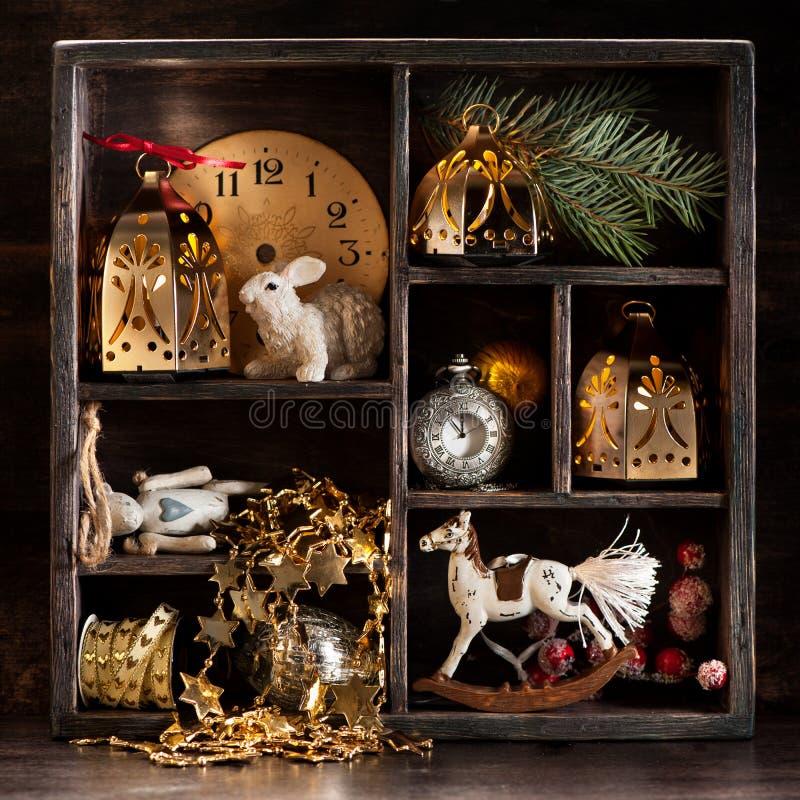 Weihnachtsretro- Collage mit Spielwaren und Dekorationen Sankt Klaus, Himmel, Frost, Beutel lizenzfreie stockfotos