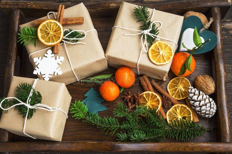 Weihnachtsretro- eingewickelte Geschenke mit Dekorationen und Tannenbaumkleie lizenzfreies stockfoto