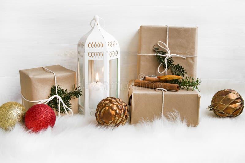Weihnachtsretro- Geschenke, weiße Laterne und dekorative Bälle auf Weiche lizenzfreie stockfotos