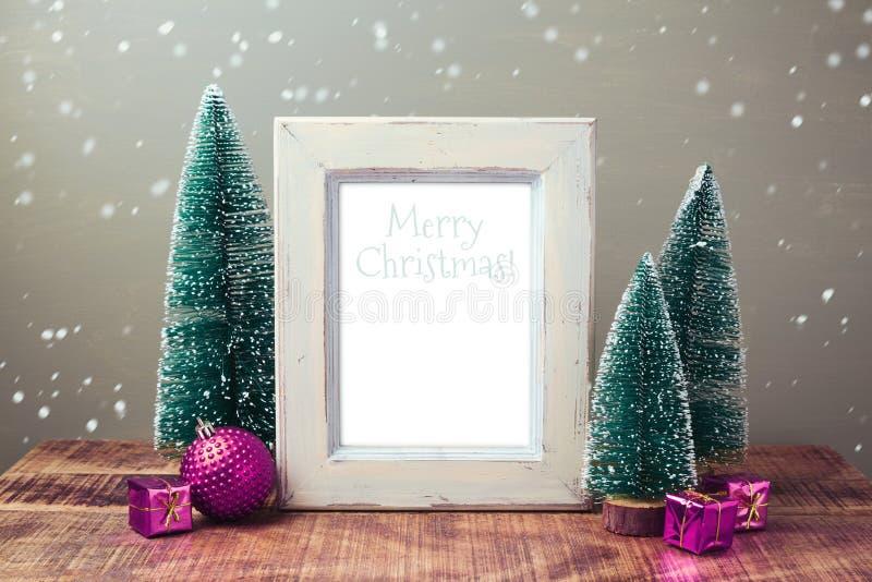 Weihnachtsretro- Plakatspott oben mit Kiefern und rosa Dekorationen stockfoto