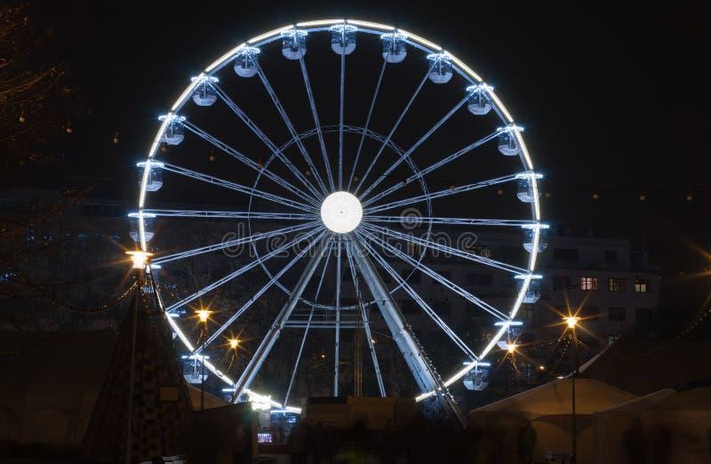 Weihnachtsriesenrad an Moravian-Quadrat zur Einführungszeit in Brno stockfotografie