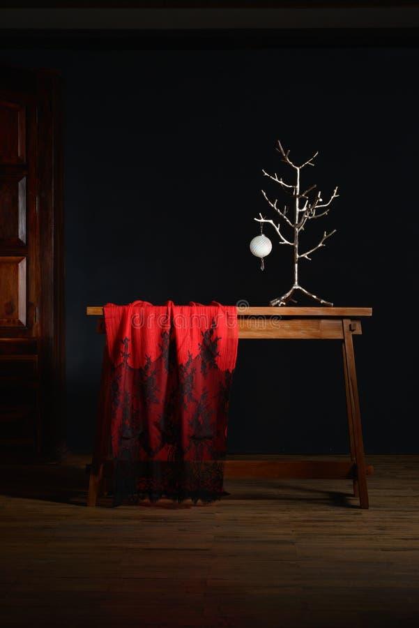 Weihnachtsromantische Dekoration mit schwarzem Braunem und rot zum Silber stockfoto