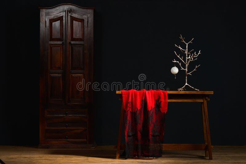 Weihnachtsromantische Dekoration mit schwarzem Braunem und rot zum Silber stockfotografie