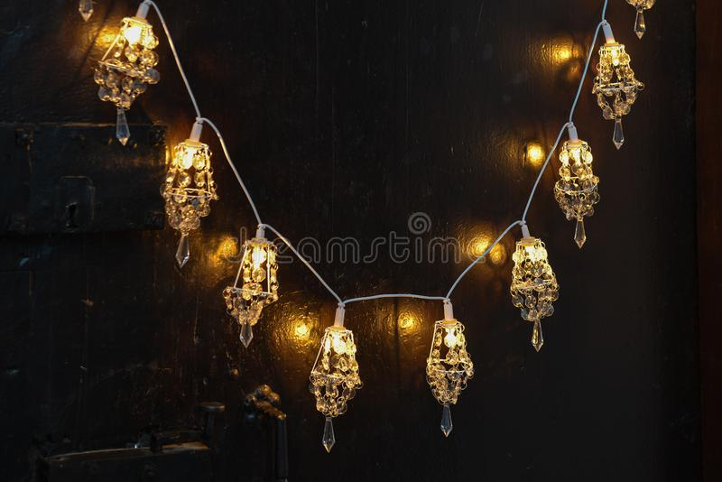 Weihnachtsromantische Dekoration mit silbernen Bällen und hellem shinin stockfotografie