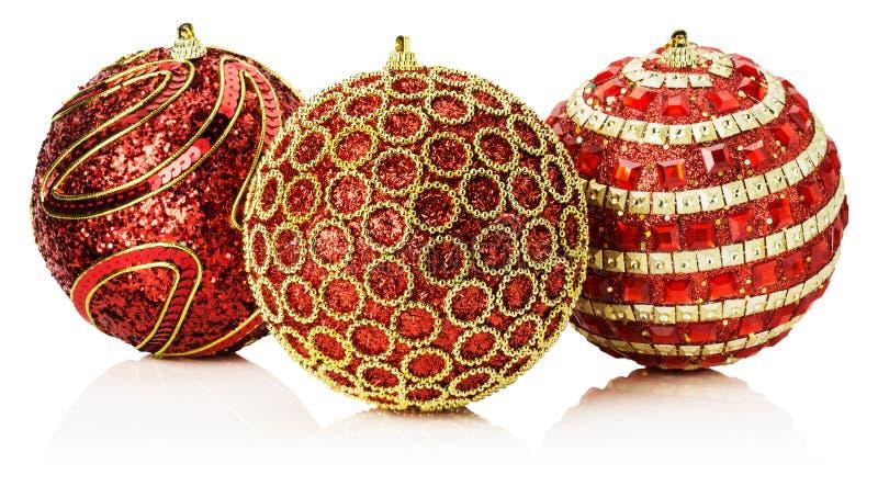 Weihnachtsrote Bälle mit der goldenen Verzierung lokalisiert auf dem weißen b lizenzfreie stockbilder