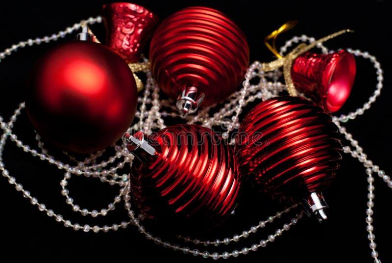 Weihnachtsrote Spielwaren auf Schwarzem stockbilder