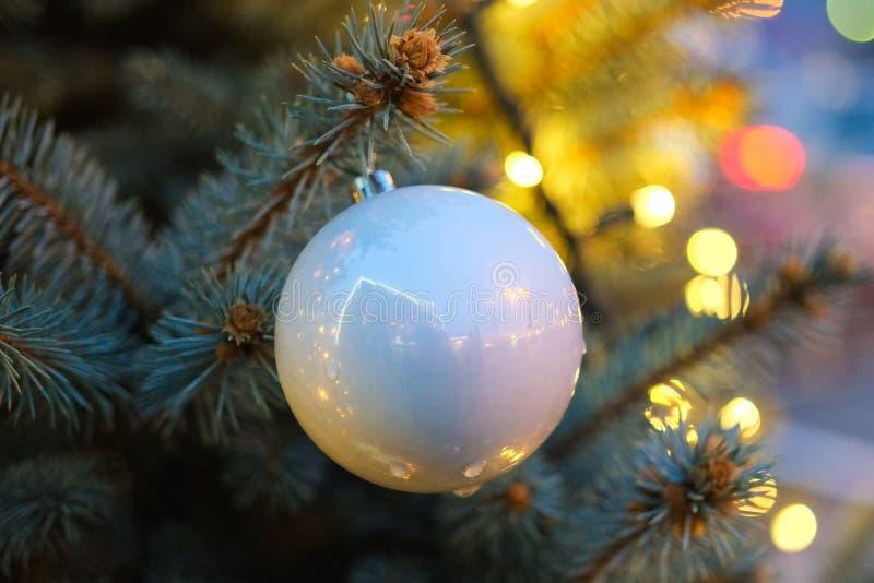 Weihnachtsroter Ball mit Girlandenlichtern stockfoto