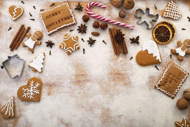 Weihnachtssüßen - Lebkuchen mit Zutaten auf dem Tisch - Platz kopieren stockbild