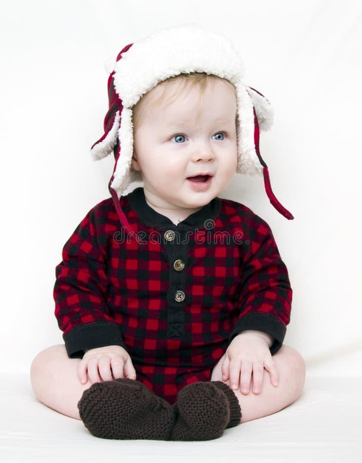 Weihnachtsschätzchen mit rotem Hemd und Hut stockfotos