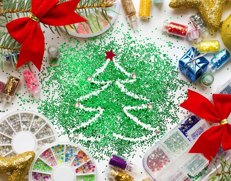Weihnachtsschönheitssalonnagel, festliche Dekorationen und buntes gl lizenzfreie stockfotos