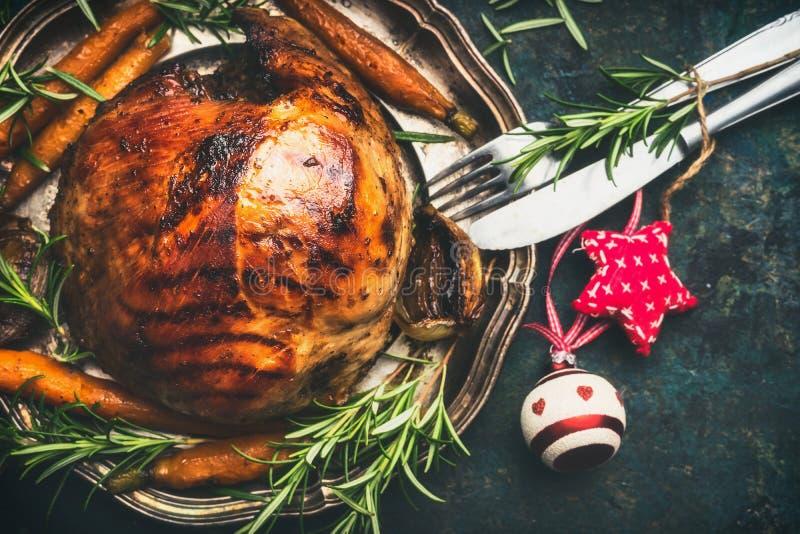 Weihnachtsschinken auf Platte mit festlicher Dekoration und Tischbesteck lizenzfreies stockbild