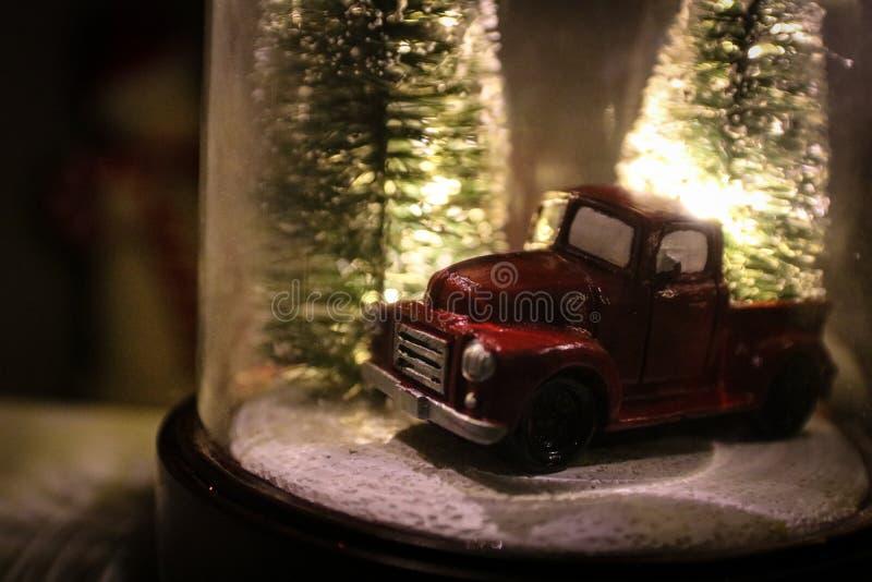 Weihnachtsschnee-Kugel mit Winter-Bäumen u. Weinlese-LKW stockfotos