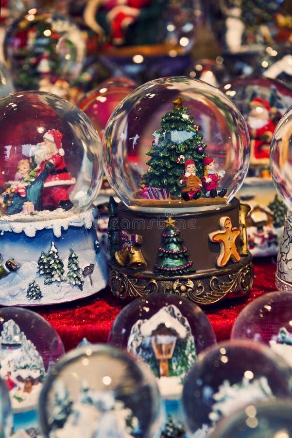 Weihnachtsschneekugeln lizenzfreies stockbild