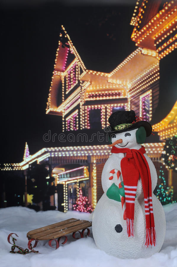 Weihnachtsschneemann durch festliches Haus lizenzfreies stockfoto