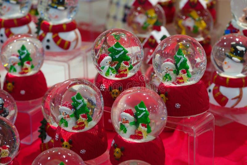 Weihnachtsschneemann und Weihnachtsmann-Geschenke lizenzfreie stockfotografie