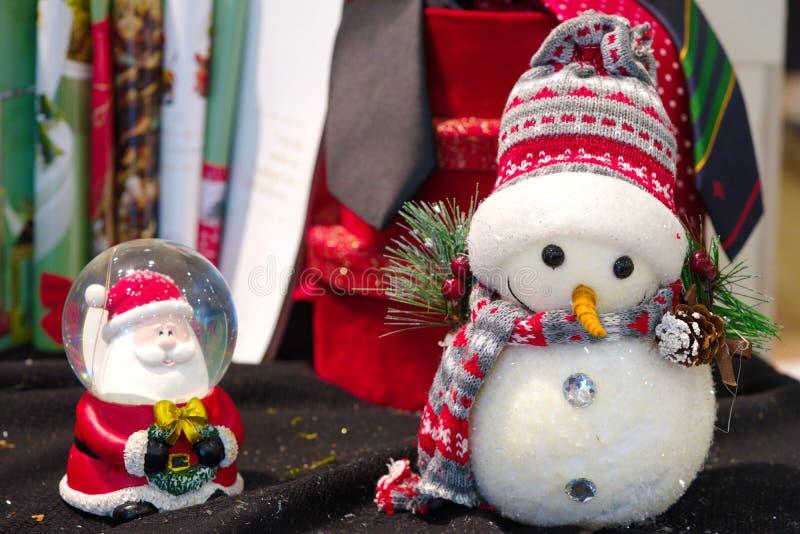 Weihnachtsschneemann und Weihnachtsmann-Geschenke lizenzfreies stockfoto