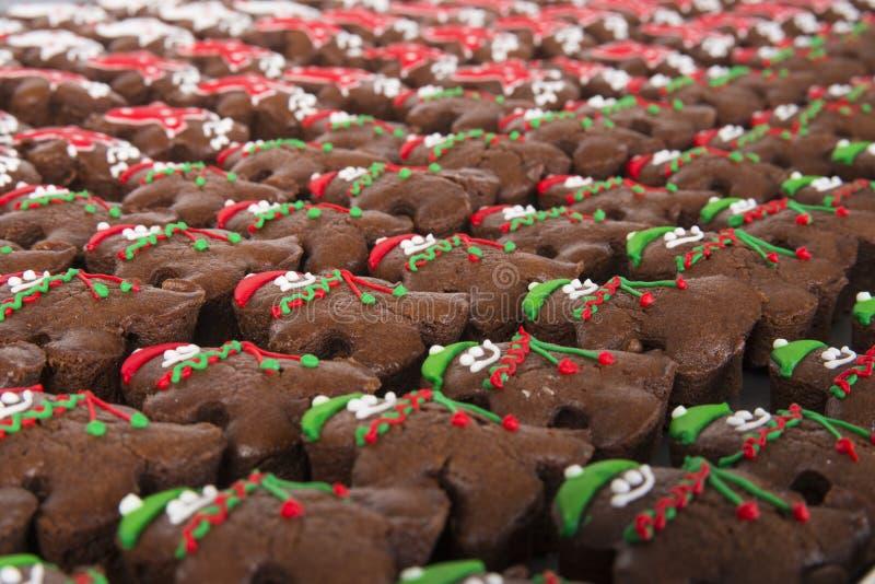 Weihnachtsschokoladenkuchen auf einer Tabelle lizenzfreies stockfoto