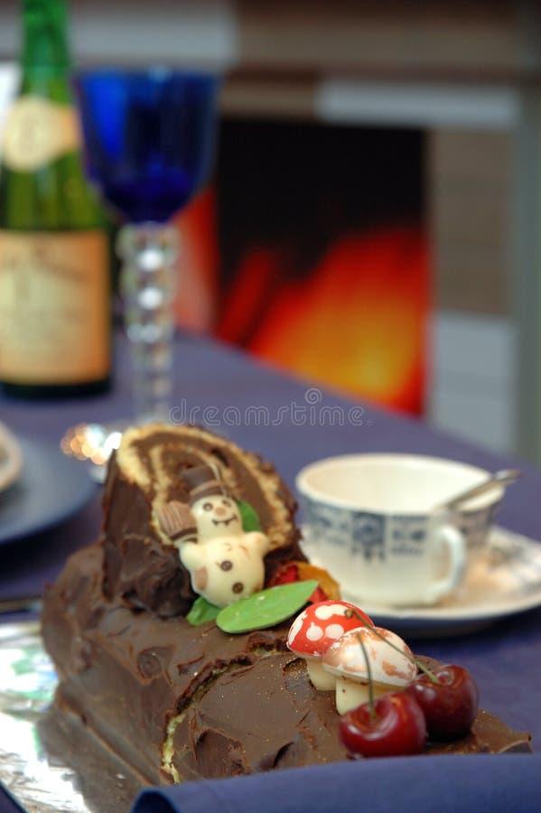 Weihnachtsschokoladenkuchen auf Tabelle lizenzfreie stockfotografie