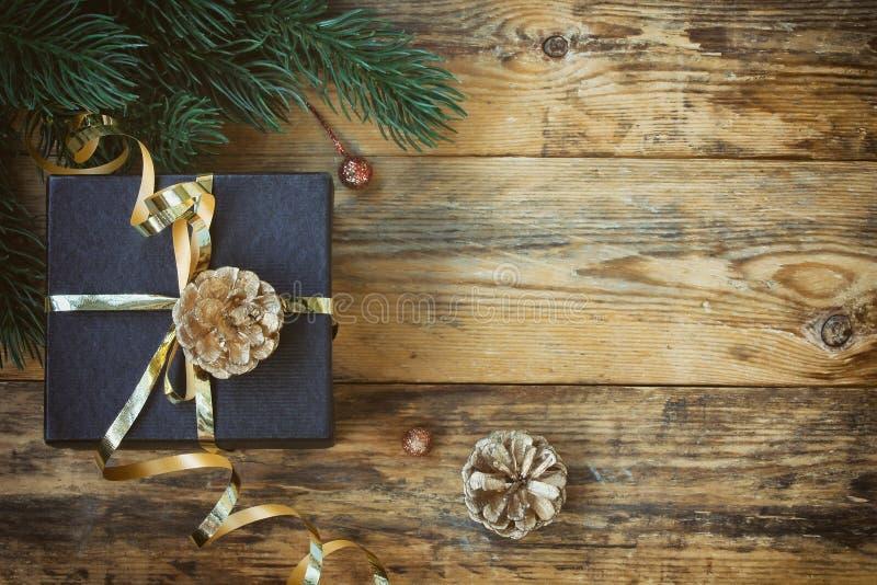 Weihnachtsschwarze Geschenkbox mit Goldband lizenzfreie stockfotos
