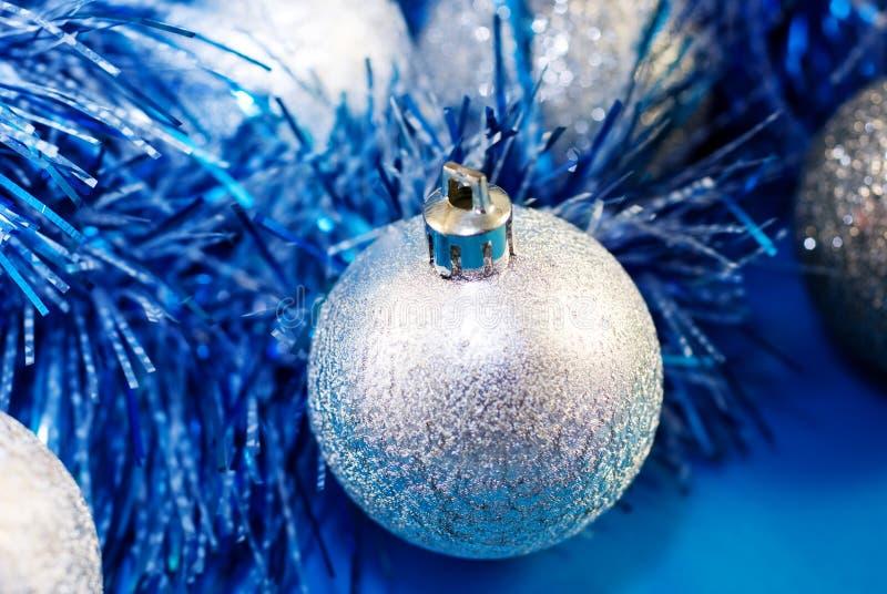 Weihnachtssilberne Kugel stockfoto