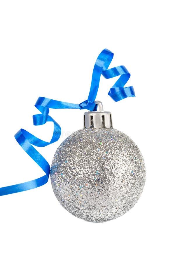 Weihnachtssilberne Kugel mit blauem Farbband lizenzfreie stockbilder