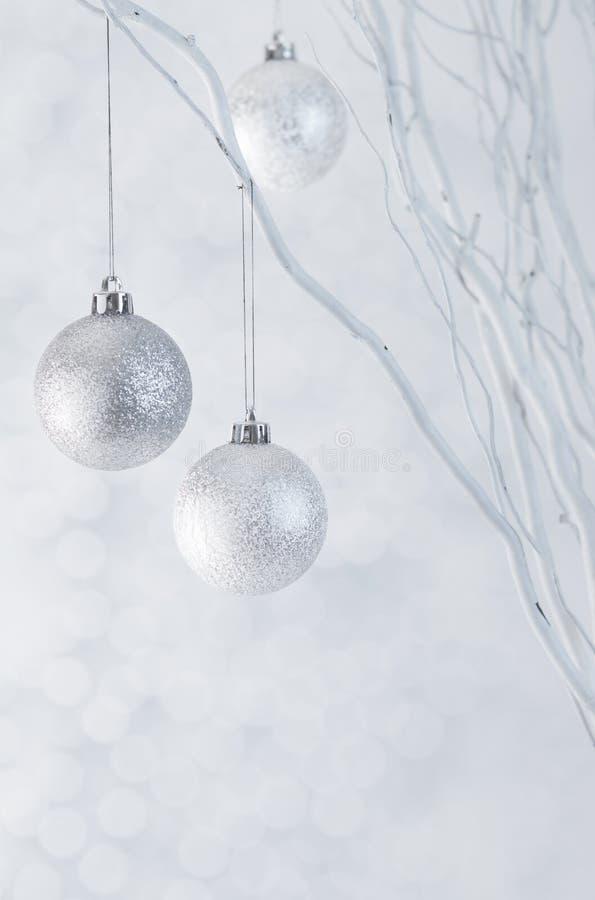 Weihnachtssilberne Kugeln auf Scheinhintergrund stockfoto