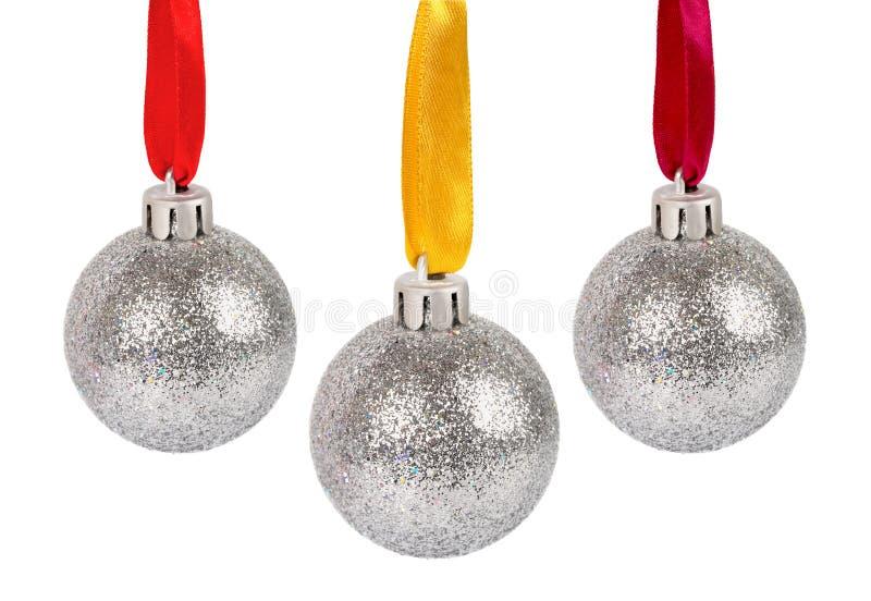 Weihnachtssilberne Kugeln mit den Farbbändern getrennt lizenzfreies stockbild