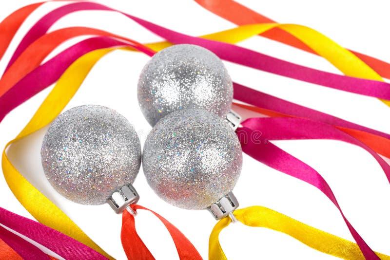 Weihnachtssilberne Kugeln mit Farbbändern stockbild