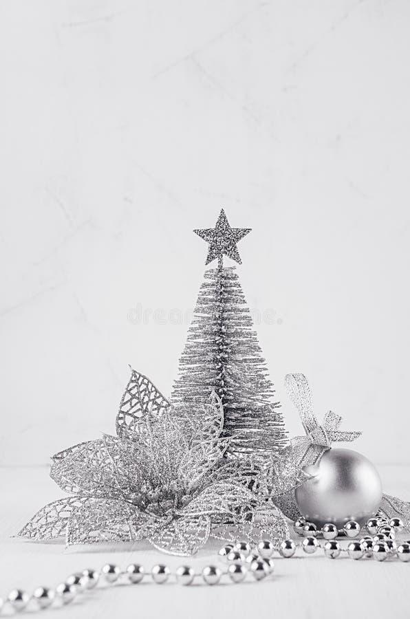 Weihnachtssilberner Baum und -dekorationen auf weißem weichem hölzernem Hintergrund Festlicher Innenraum stockfoto