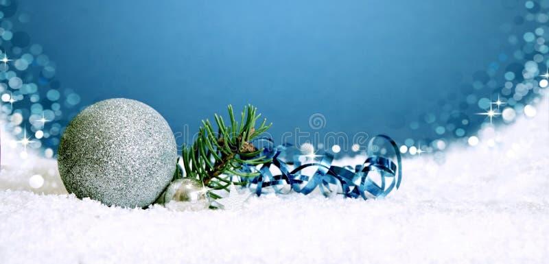Weihnachtssilberner Flitter und -schnee auf Blau lizenzfreies stockfoto