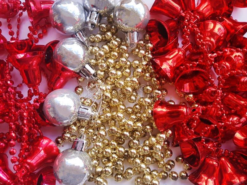 Weihnachtsspielwaren auf einem weißen Hintergrund Girlanden und Bälle Silber, golden, rot Weißer Hintergrund Abstraktes Hintergru stockbild