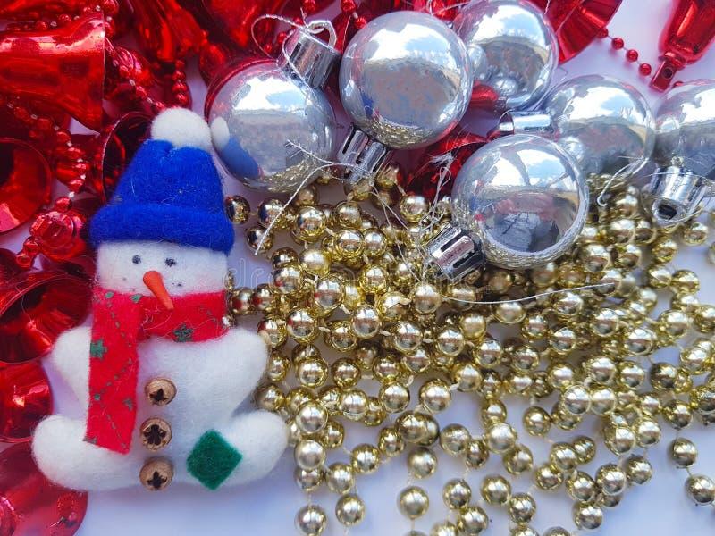 Weihnachtsspielwaren auf einem weißen Hintergrund Schneemann und Girlanden und Bälle Abstraktes Hintergrundmuster der weißen Ster stockfotografie