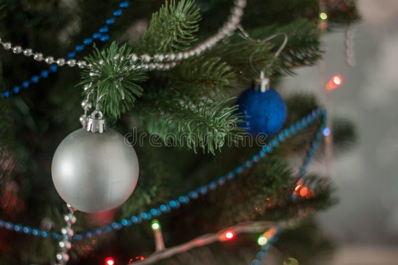 Weihnachtsspielzeug auf dem Baum lizenzfreie stockfotografie