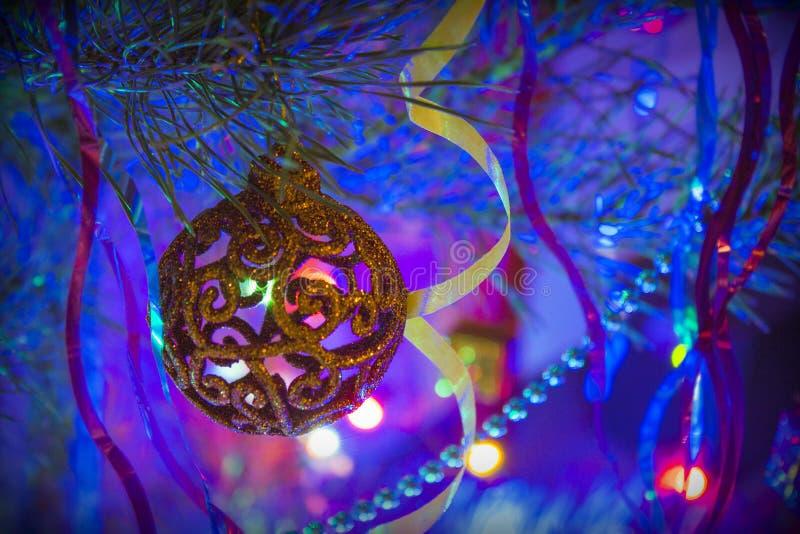 Weihnachtsspielzeug auf Weihnachtsbaum nachts lizenzfreie stockfotos